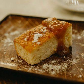 Tradicionalni žuti kolač s domaćim džemom