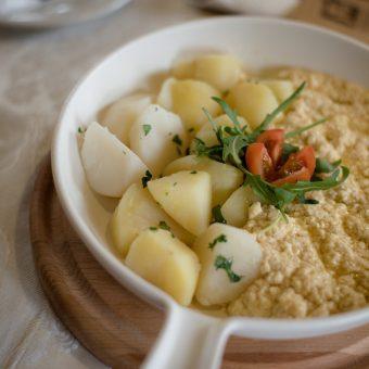 Svježi kravlji sir na maslu s kuhanim krumpirom