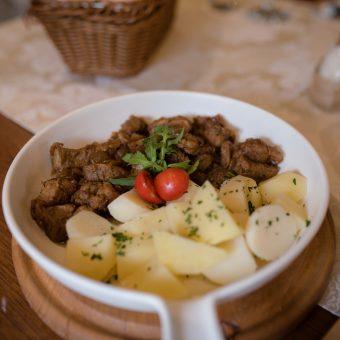 Tava na hajdučki način s kuhanim krumpirom