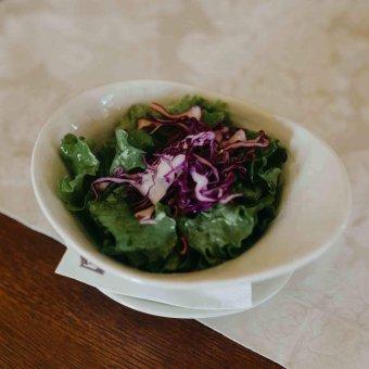 Zelena salata s crvenim kupusom