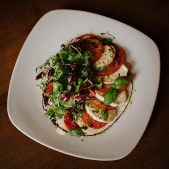 Salata s rajčicom i mozarella sirom
